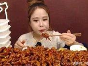 韩国美女挑战200只小章鱼,消灭一大半时,细心网友发现不对劲