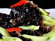减肥菜品之六,黄瓜初炒木耳,木耳具有清理肠胃,美容养颜等功效