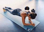 懒人快速练腹肌操:睡前5个动作,躺着就能瘦腰瘦身