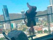 美女大学生为吸引人气表演高空倒挂瑜伽,耍酷不成变残废