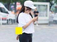 街拍美女:瑜伽裤+高跟鞋,小姐姐经典黑白配时尚又养眼!