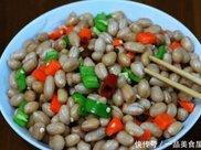 花生米别油炸了,夏天这样吃才最美味,加它煮一煮,脆爽入味!