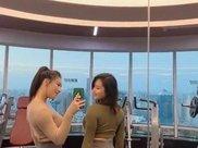 时尚摄影一对健身的网红闺蜜,穿上瑜伽裤后,个个有双极品美腿!