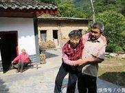 母亲脑梗父亲摔断胯骨,80后孝子独自一人在大山里照料病瘫父母