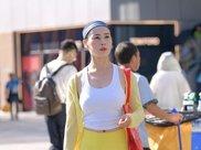街拍身穿白色吊带搭配瑜伽裤的30岁辣妈,利落不失柔美感!