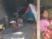 看看印度女人是怎么做饭的?中国游客实拍印度普通农村!
