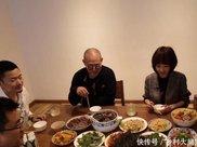 李连杰请客用餐,桌上的肉看着普通,说到价格鲁豫放下了筷子!