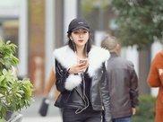 短发美女黑色外套搭配牛仔裤,身材纤细,高冷范十足!