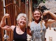 加拿大73岁奶奶变身运动达人,狂甩50斤练出肌肉,获小伙称赞