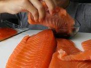 看看这个女子怎么吃三文鱼,大块鱼肉咬着吃,网友:这样好吃?