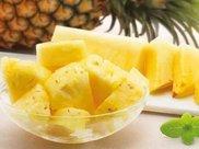 """吃菠萝的人又出""""新招"""",不用盐水泡,我也是才知道不酸不涩还甜"""