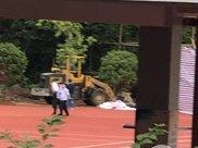 失踪16年,教师遗骸在学校操场跑道被挖出!疑因举报操场偷工减料…