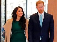 梅根王妃产后减肥失败,墨绿色连衣服太显肚腩,身材不比妯娌凯特