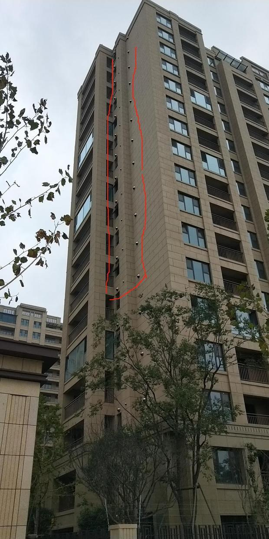 请问小区楼上有一排这样的孔是干什么的?