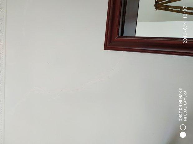 自建房3层,两年多啦,现在3层几乎所有门窗洞都出现不规则贯穿裂缝,1层2层没有,这个问题大吗?