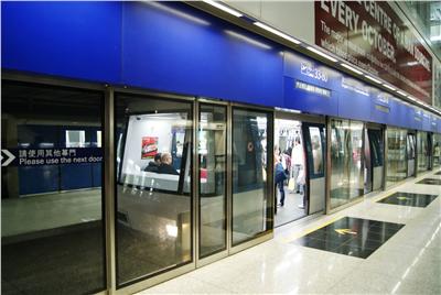 香港机场从T2到T1在哪里坐小火车?