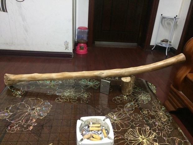 大家再看一下,这根木料怎么样,做了个棒球棍