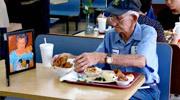 感动!93岁老伴携遗像进餐