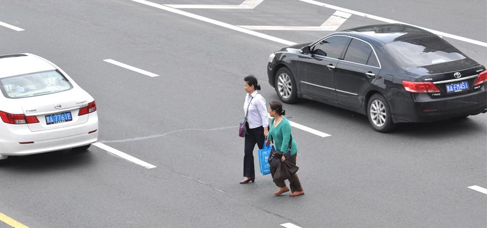 爸爸带儿子横穿马路,妈妈回看监控崩溃了!