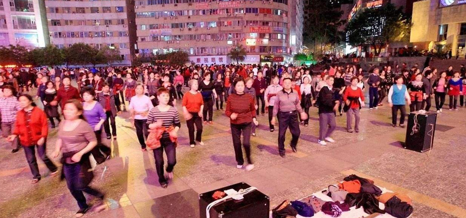 不满跳舞场地被占,广场舞大妈竟做出这事?