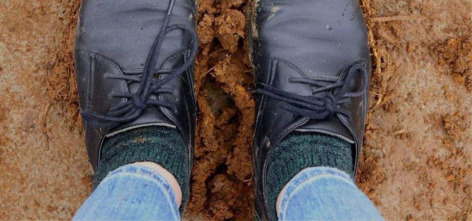 小伙捡到一双沾满泥土的鞋