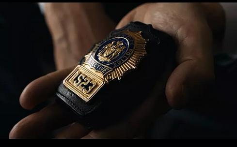 电影《通勤营救》结尾迈克拿出的是谁的什么类