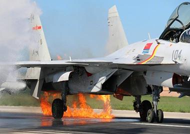 歼-15空中撞鸟!飞行员沉着驾机带火着陆