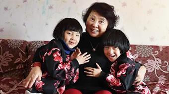 60岁老人冒死生下双胞胎