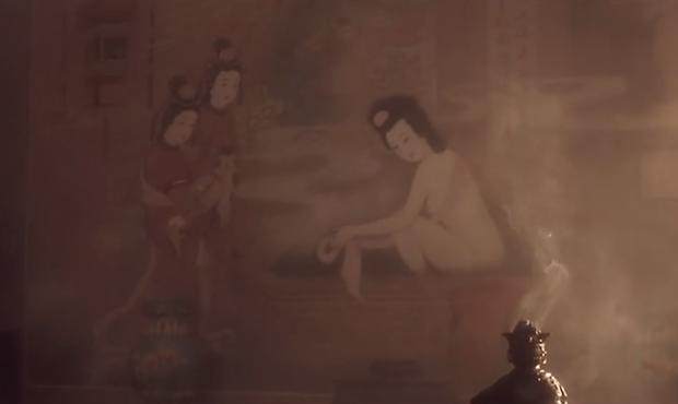 一幅画里:在古代,一个人在搓澡,旁边还有两个人在看着。这是什么画?什么意思?反映了什么?