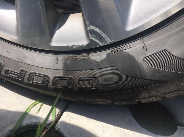 轮胎蹭了下马路牙子,有点变黑,没有什么明显的伤痕,4S用手摸了下,非说有划痕和鼓包能跑高速吗