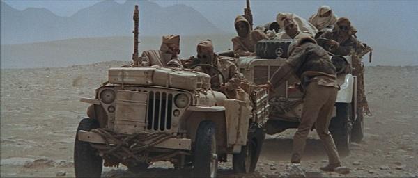 二战电影,两辆盟军吉普在沙漠中报废一辆,途中