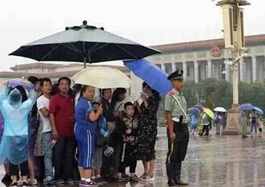 感人!天安门广场武警哨兵给游客让伞刷爆朋友圈
