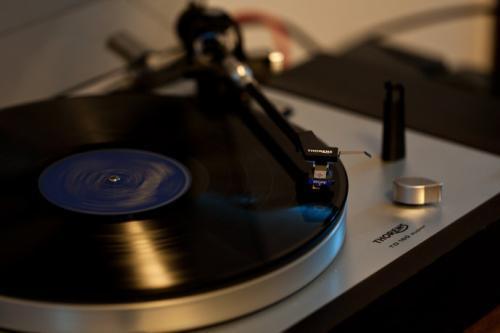 请教各位,2000左右能买到不错的黑胶唱机?
