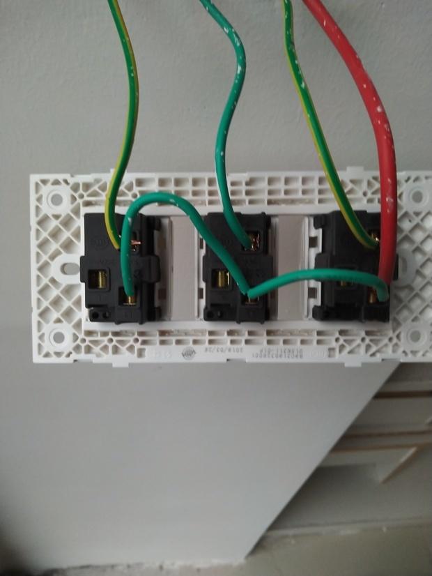 问下电工师傅,这个接线是了是错了