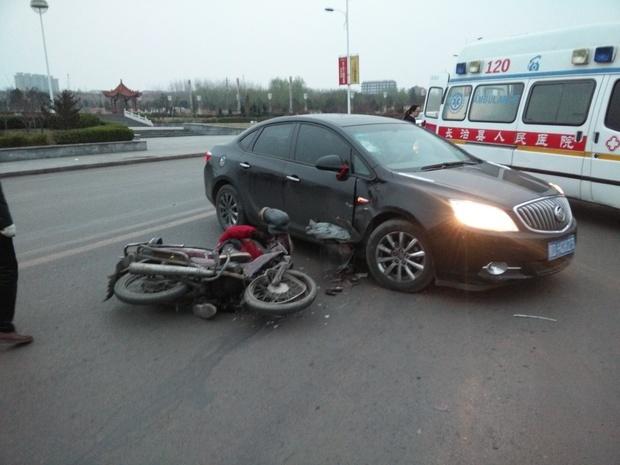 交通事故划分固)�_交通事故,自己驾驶一辆小轿车左转弯时,被一对面行驶来的