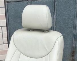 雷克萨斯ls430的前排拆头枕的方法