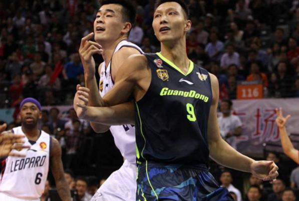 CBA是中国的篮球比赛,为什么球衣上没多少中文图1