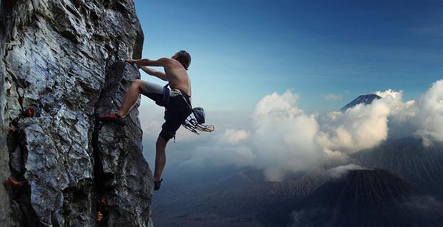 很艰难爬山图片想到什么?
